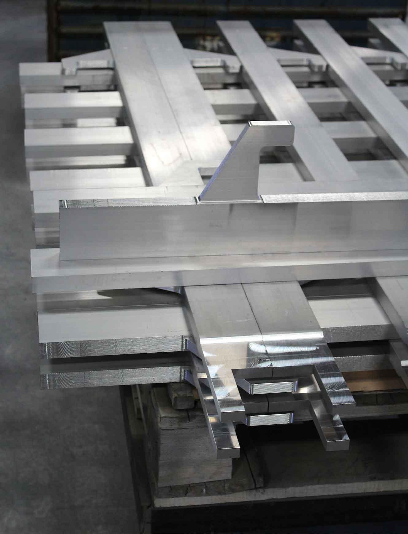 Integral Lifting Lug on Aluminum Head Bar